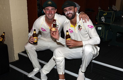 Shaun Marsh and Nathan Lyon poses for a click with the Urn | Getty Images