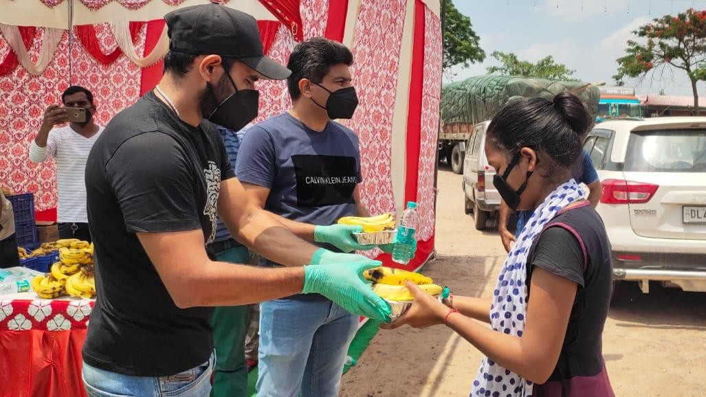 WATCH: Mohammad Shami distributes food packets and masks to migrant workers amid COVID-19 crisis