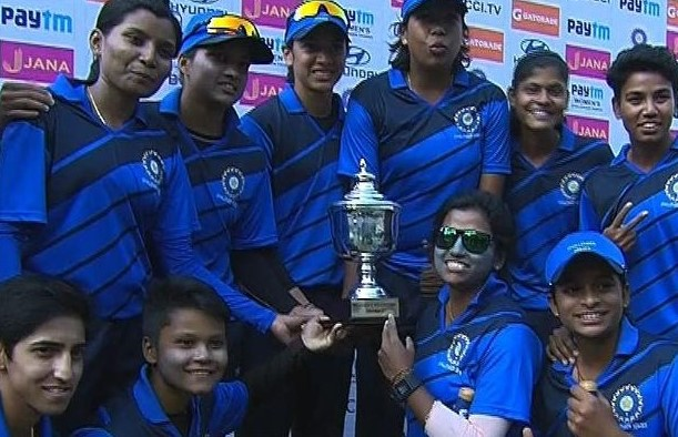 India Blue team with the Challenger Trophy (Image courtesy: BCCI Women Twitter account)