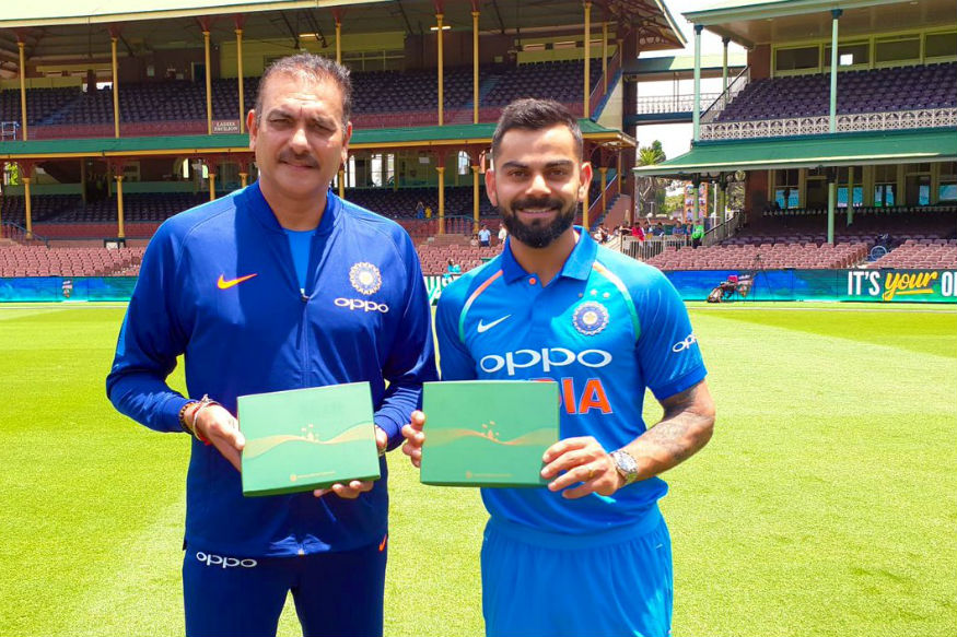 Kohli and Shastri poses with the honorary life membership of the SCG | Twitter