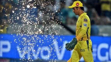 आईपीएल में 150 करोड़ सैलरी कमाने वाले पहले खिलाड़ी बनेंगें धोनी, रोहित और विराट को अभी करना होगा इंतज़ार