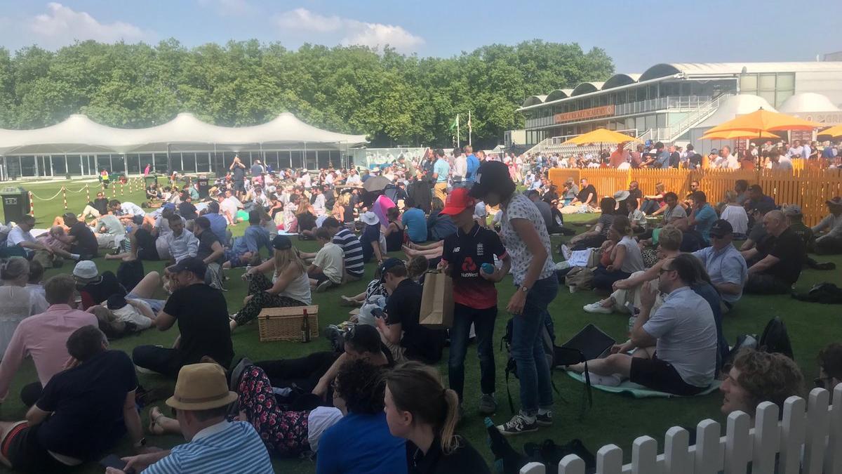 क्रिकेट के मक्का, इंग्लैंड के लॉर्ड्स मैदान पर दर्शकों ने उठाया आईपीएल फाइनल का लुत्फ़
