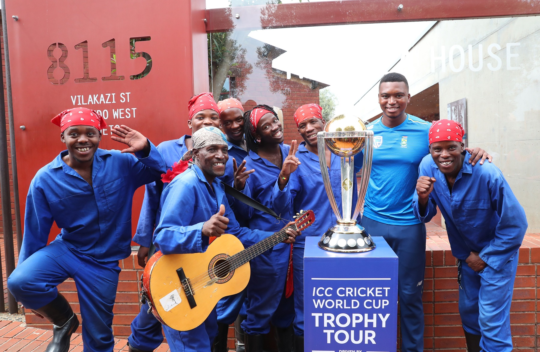 Lungi Ngidi poses with World Cup 2019 trophy | ICC