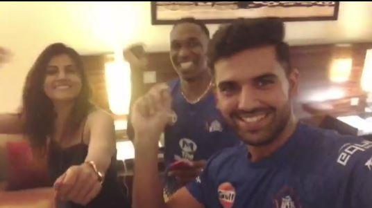 IPL 2018 : दीपक चहर और उनकी बहन ने ड्वेन ब्रावो संग उनके नए गाने पर किया जमकर डांस