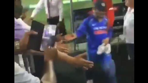 AUS v IND 2018-19 : देखिये - कैसे एमएस धोनी ने एडिलेड में खेल के बाद उत्साही भीड़ का किया धन्यवाद