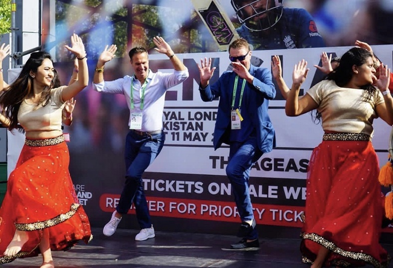 Michael Vaughan and Phil Tufnell trying their hands (and legs) at Indian dancing | Twitter
