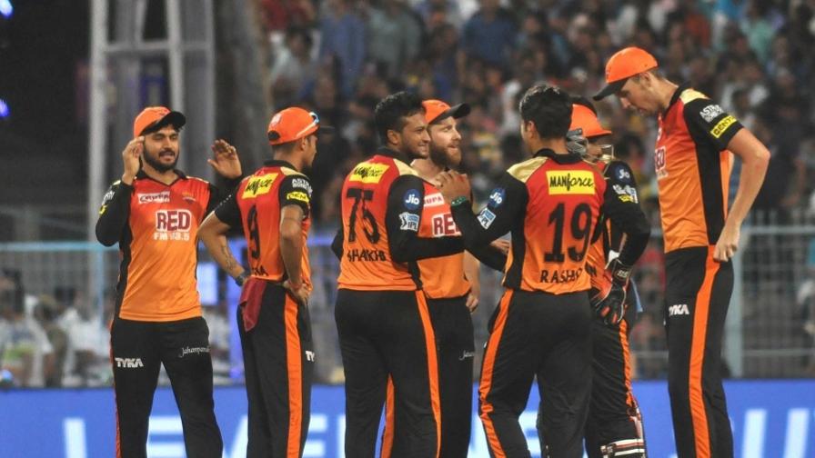 IPL 2018 : सनराइजर्स हैदराबाद को चेन्नई सुपर किंग्स के हाथो मिली हार के बाद, अंपायर पर भड़के प्रशंसक