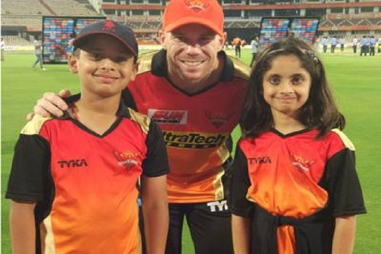 David Warner with VVS Laxman's children | Twitter