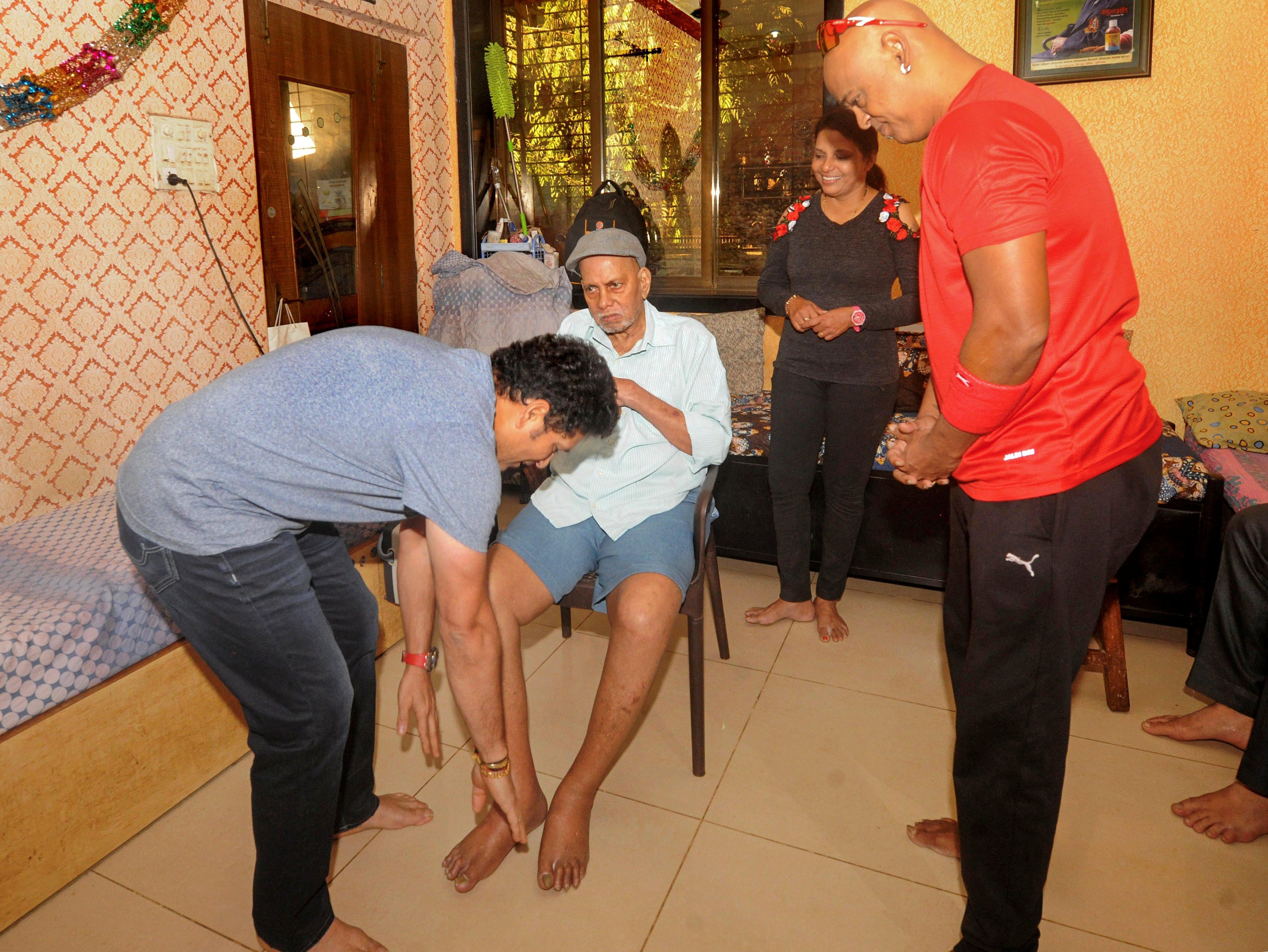 Tendulkar and Kambli seeking blessings from their childhood coach Ramakant Achrekar | Twitter