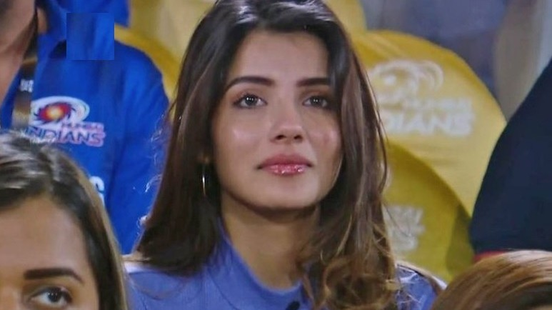 IPL 2019: Twitterati swoons over the new MI fangirl cheering during the finals