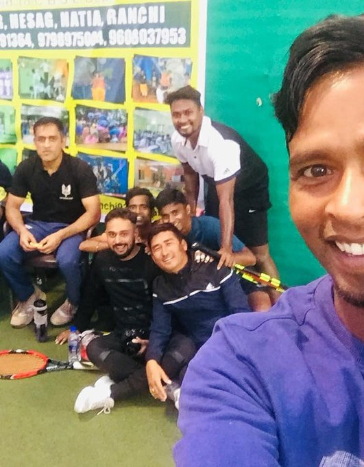 MS Dhoni with the other participants | Twitter
