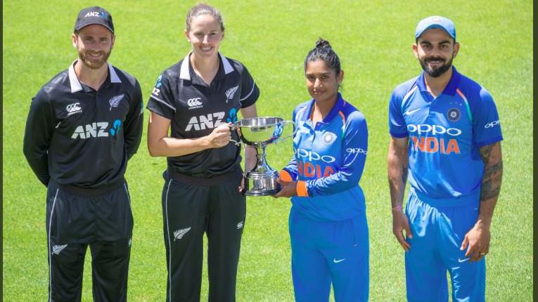 देखिये - दोनों भारतीय कप्तान विराट कोहली और मिताली राज ने साथ मिलके की नूज़ीलैण्ड एकदिवसीय श्रंखला की ट्रॉफी की प्रस्तुति