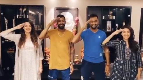WATCH- Hardik and Krunal Pandya, along with family salute all medical and emergency staff during 'Janta Curfew'