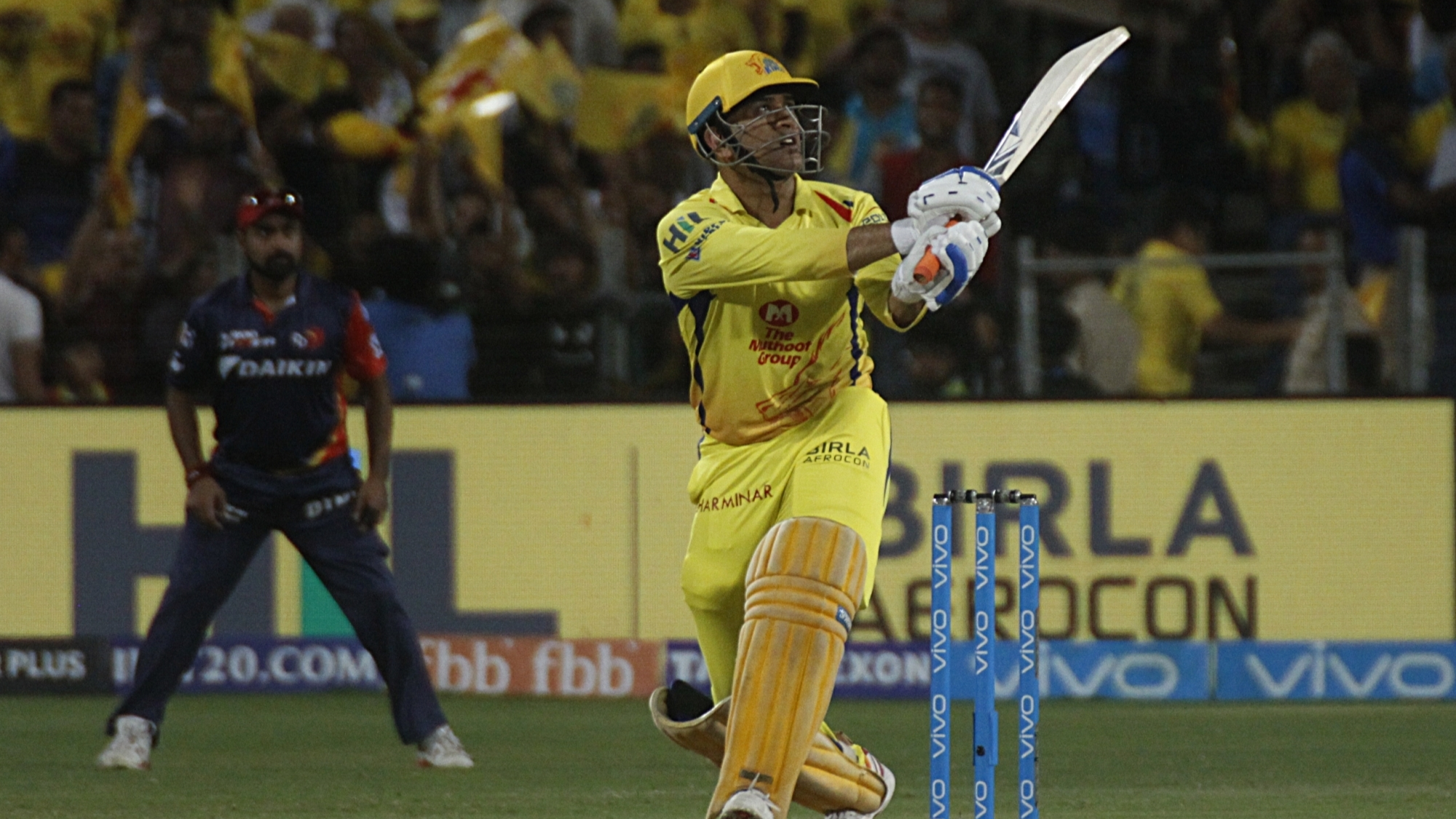 IPL 2018: Watch – MS Dhoni smacks three powerful sixes during his 22-ball 51* against DD