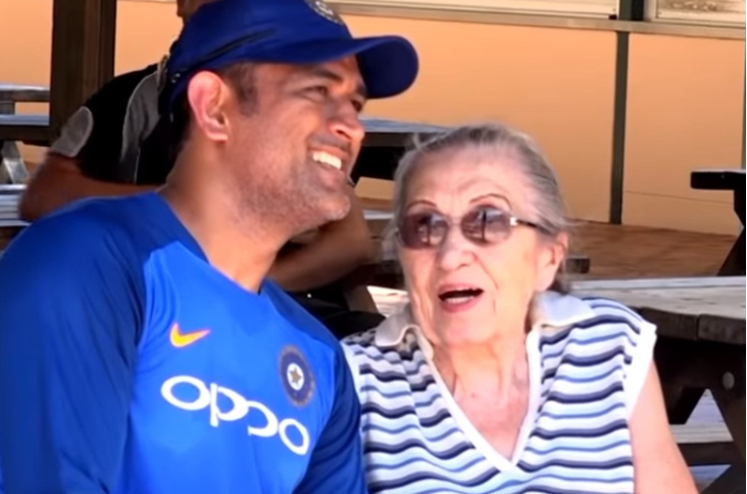 MS Dhoni with his 87-year-old fan | Twitter