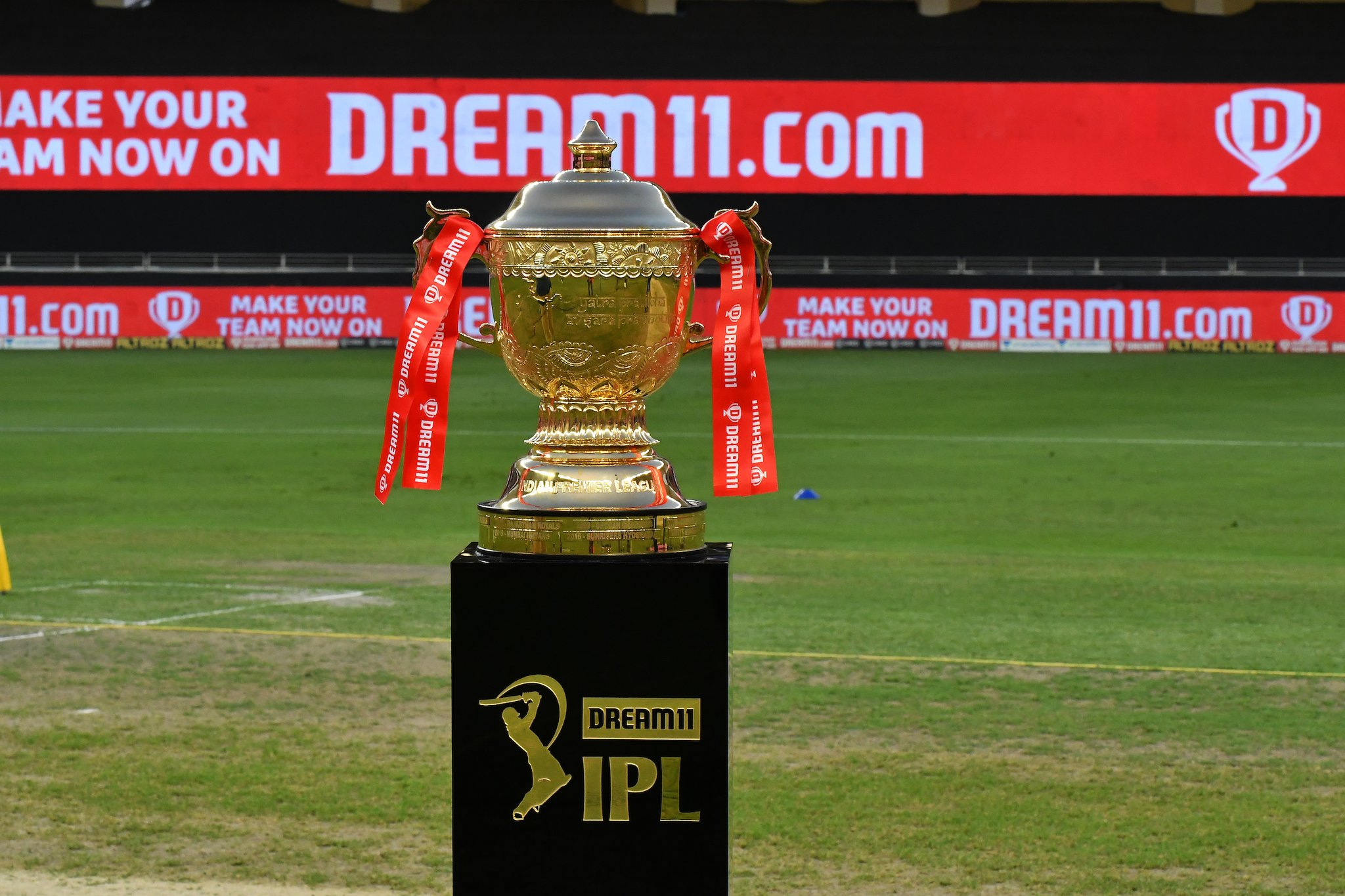 Dream 11 IPL trophy | IPL Twitter