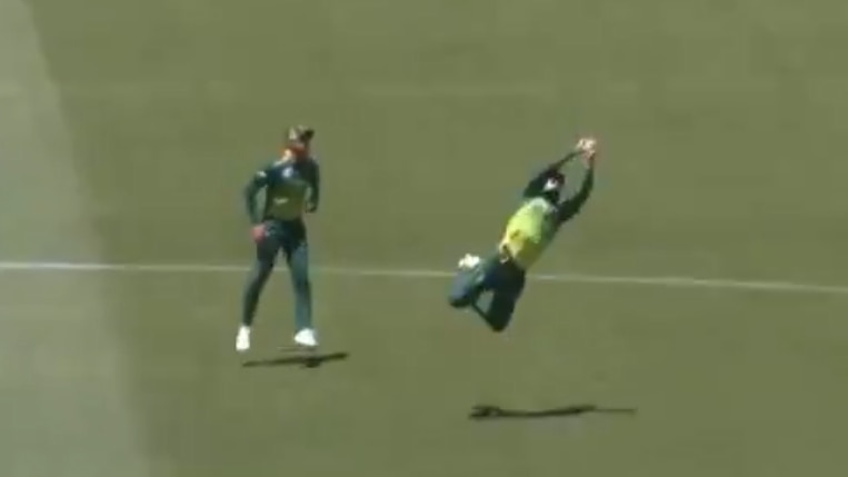Faf du Plessis takes a stunner to remove Short off Steyn | Twitter