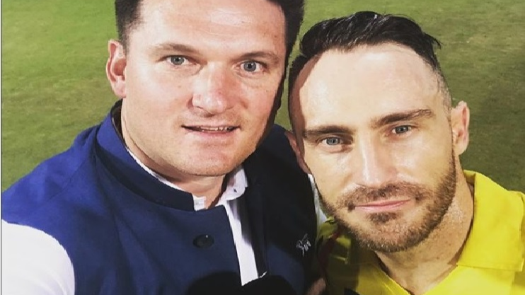 IPL 2018: Graeme Smith pulls Faf du Plessis' leg as he goes shirtless in the first Qualifier