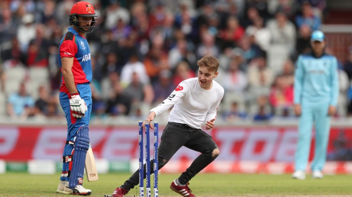 CWC 2019: WATCH – Pitch invader tries to steal zing bails during England-Afghanistan match