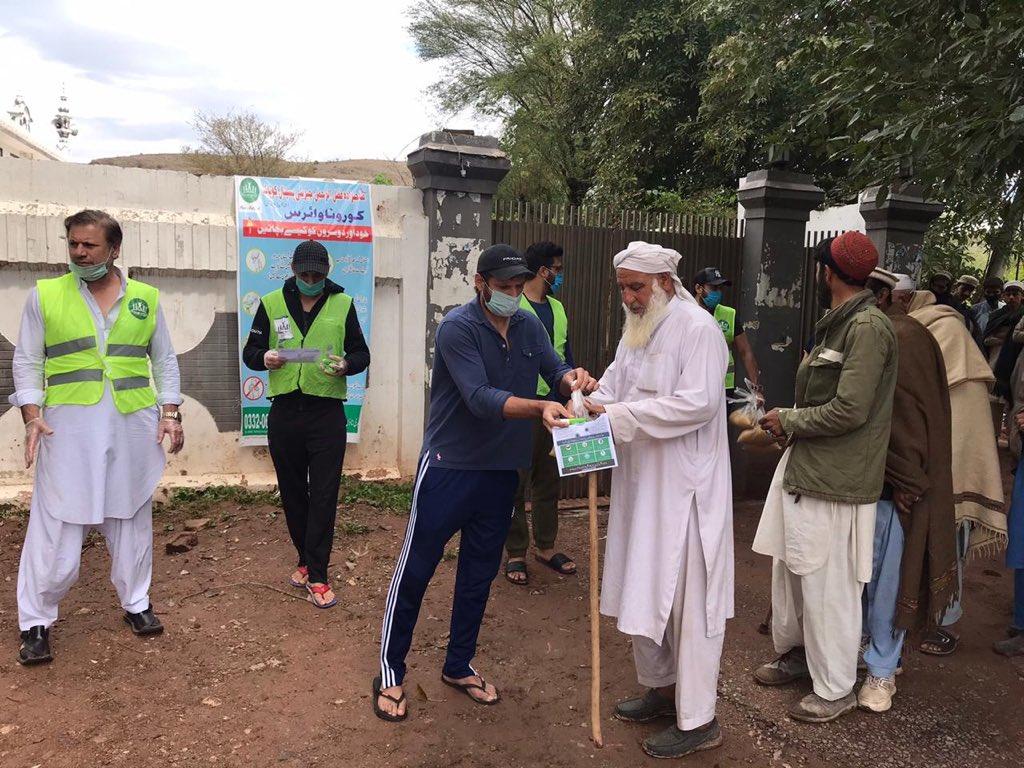 Shahid Afridi distributing ration | Twitter