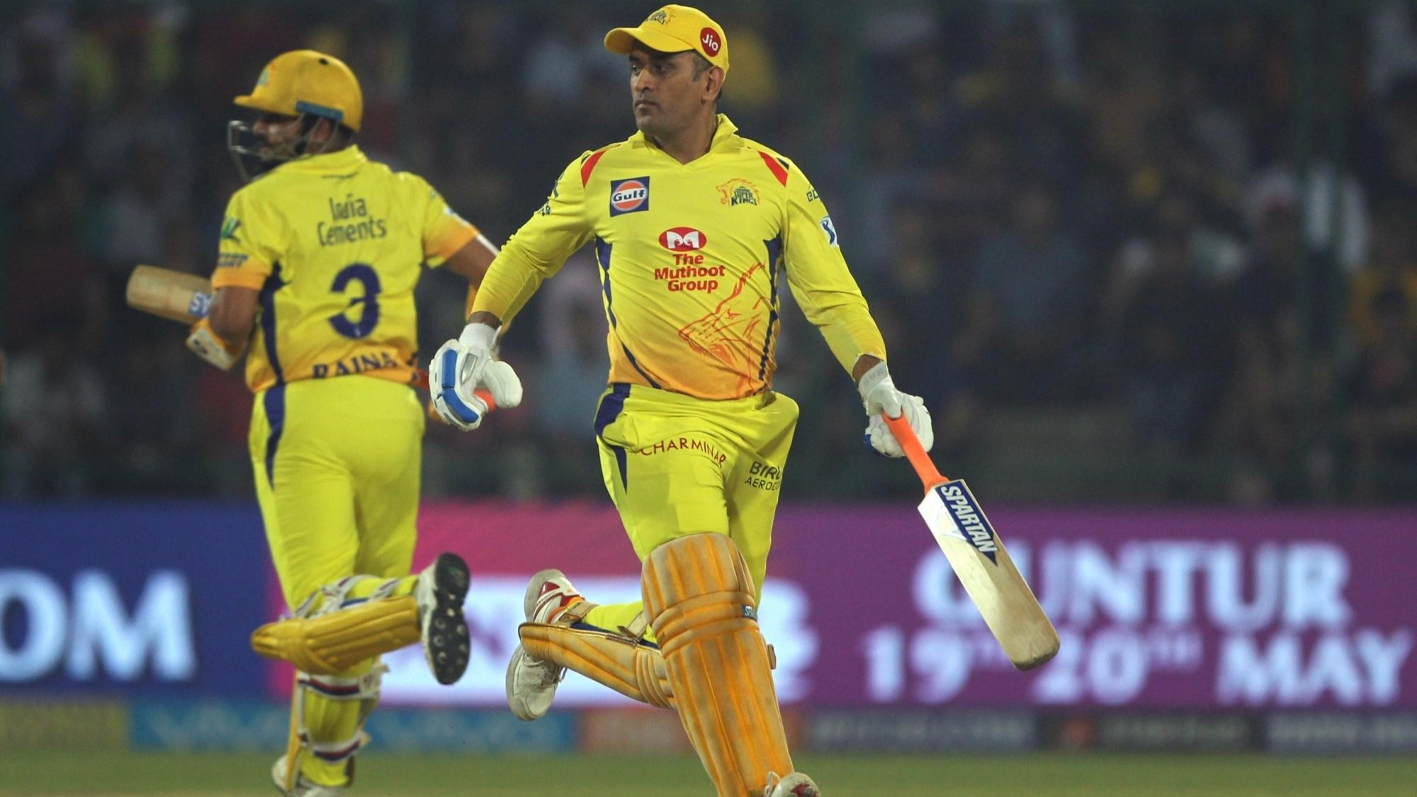 IPL 2018: MS Dhoni presented the Pune groundsmen with cheque worth Rs. 20,000