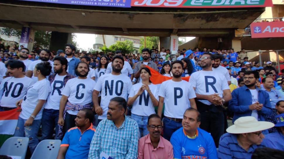 IND v AUS 2020: मैच के दौरान वानखेड़े में नागरिकता संशोधन अधिनियम का विरोध करते नजर आये दर्शक