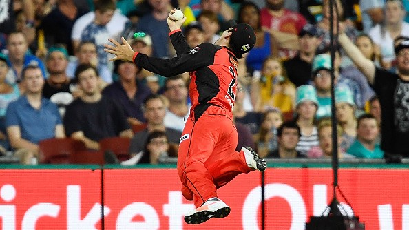 BBL 09: WATCH - Tom Cooper takes a stunning catch on boundary to light up the tournament