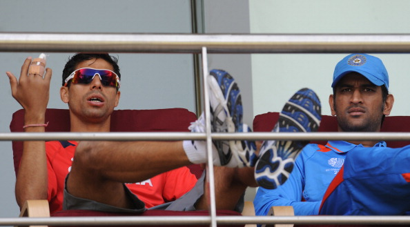 Ashish Nehra and MS Dhoni | PRAKASH SINGH/AFP/Getty Images