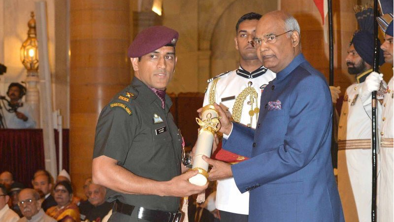 WATCH: MS Dhoni receives his Padma Bhushan award from the President of India