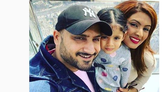 हरभजन सिंह अपने परिवार के साथ दुबई में ले रहे हैं छुट्टियों का आंनद