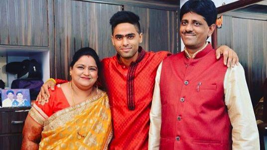 सूर्यकुमार यादव ने अपने माता-पिता को उपहार में दी कार और हुए भावुक