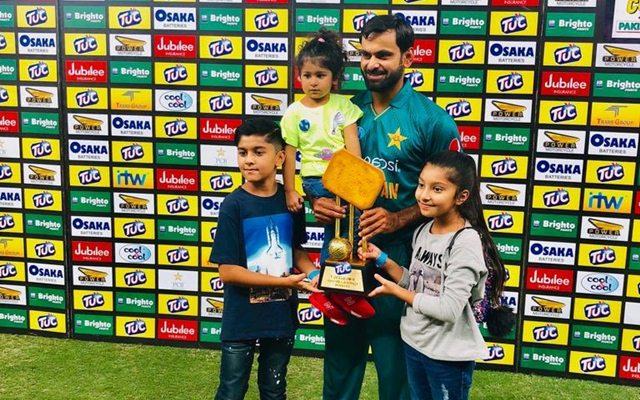Hafeez with his kids | Twitter