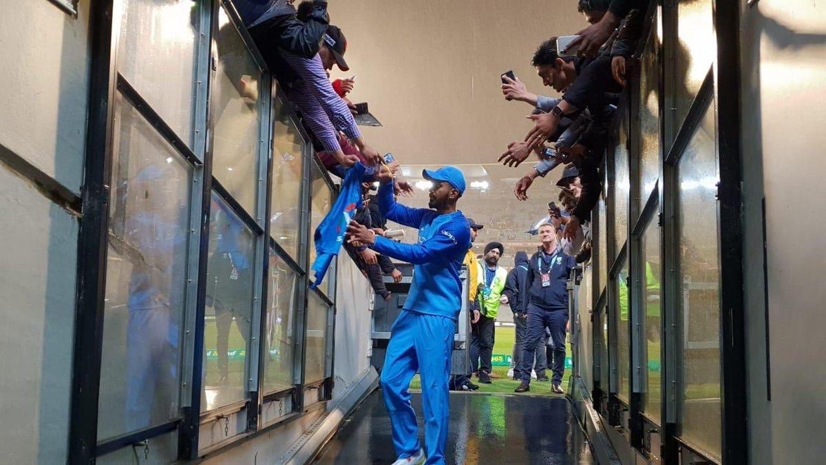 Kl Rahul signing autographs | KL Rahul Twitter