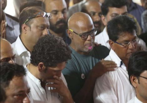 A tearful Vinod Kambli and Sachin Tendulkar pay last respects to their coach | Dainik Bhaskar
