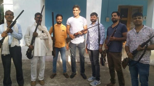 Munaf Patel's picture with a rifle leaves Ishant Sharma and Ajay Ratra worried