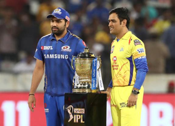 आईपीएल ट्रॉफी और रोहित शर्मा के साथ महेंद्र सिंह धोनी   Getty