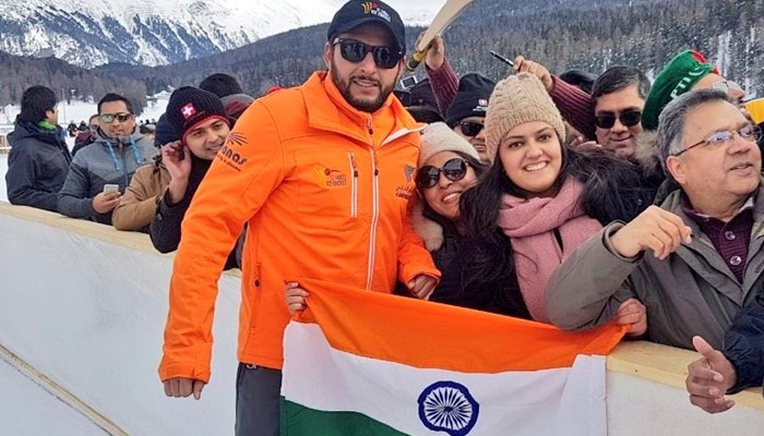 Shahid Afridi posing with Indian fans holding the tri-colour | Twitter