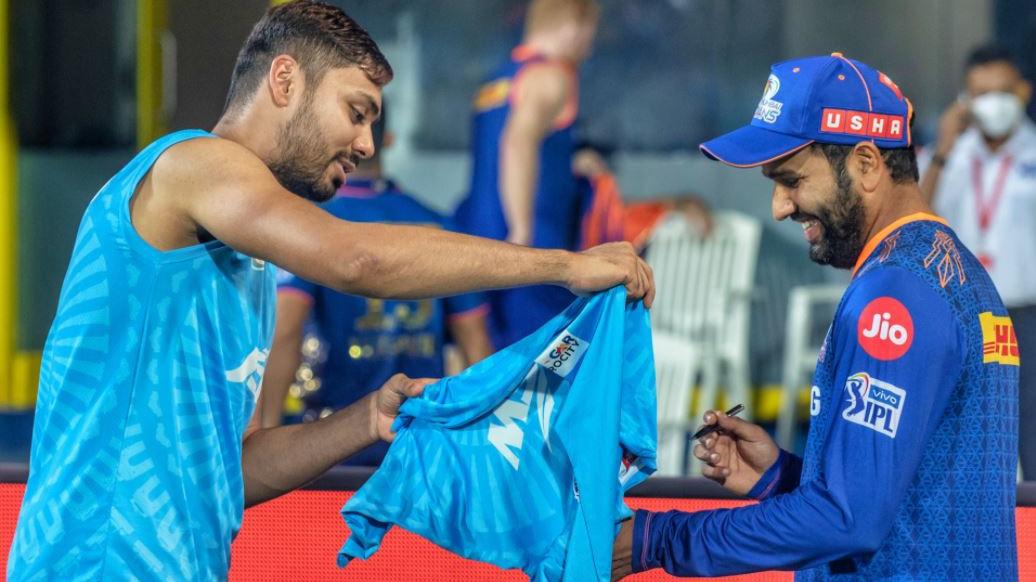 IPL 2021: MI captain Rohit Sharma signs 'fanboy' Avesh Khan's DC jersey