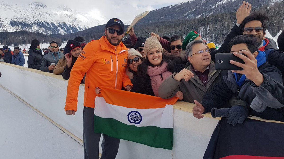Shahid Afridi posing with Indian flag | Twitter