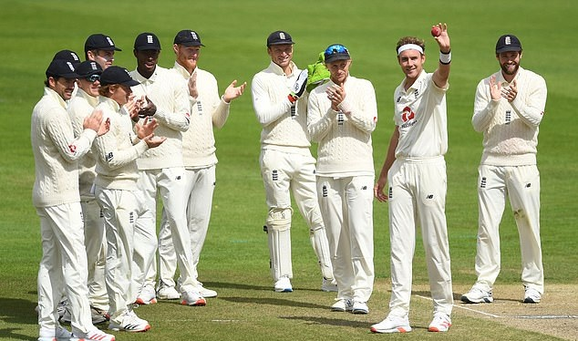 Broad celebrates incredible achievement with his teammates | ECB