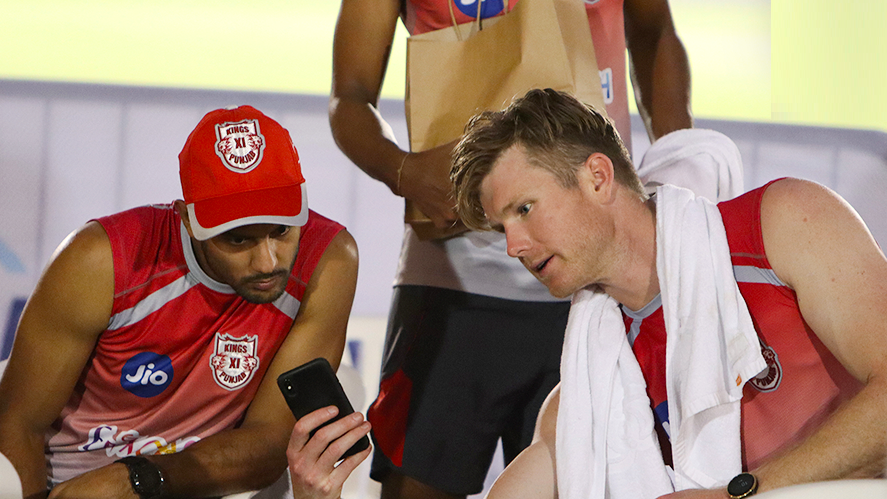 IPL 2020: Jimmy Neesham responds to a fan in his own language after getting a rude comment