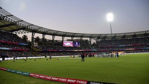 वानखेड़े स्टेडियम में मुंबई इंडियंस और दिल्ली डेयरडेविल्स के बीच खेले गए मैच में महिला के साथ की गई छेड़छाड़