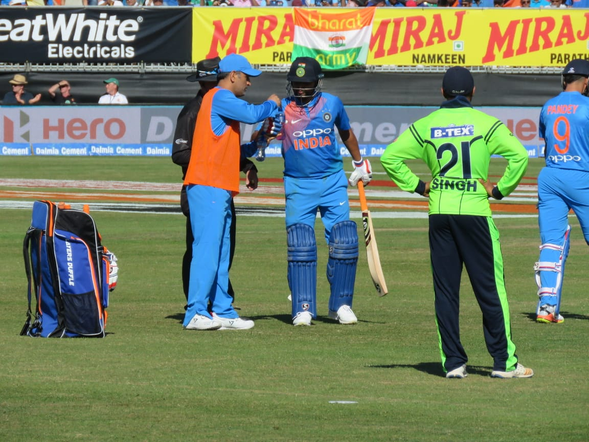 MS Dhoni serving drinks to Suresh Raina | Twitter