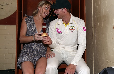 Steve Smith and his fiance Danielle Willis pose with the Ashes urn | Getty Images