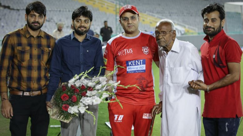 IPL 2018 : वीरेंदर सहवाग ने अपने सबसे पुराने फैन से मिलकर लिया उनका आशीर्वाद