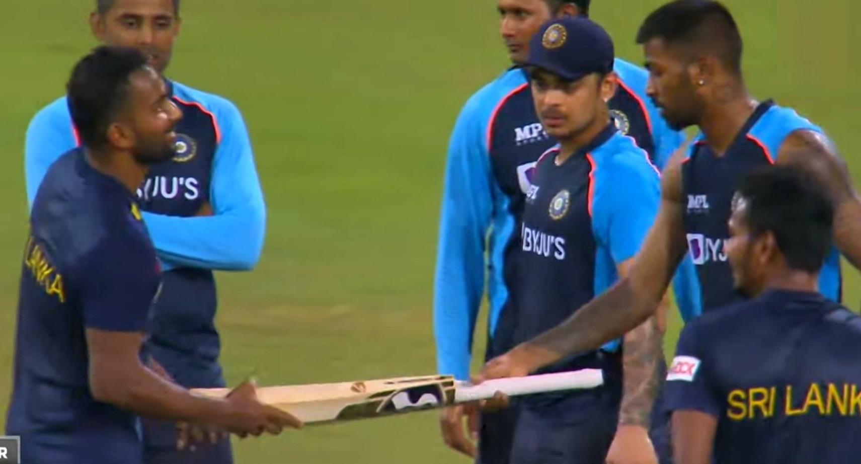 Hardik Pandya gifting his bat to Chamika Karunaratne | Twitter