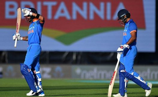 Shikhar Dhawan and Virat Kohli walk off the field due to sunlight affecting their ability to spot the ball | GETTY