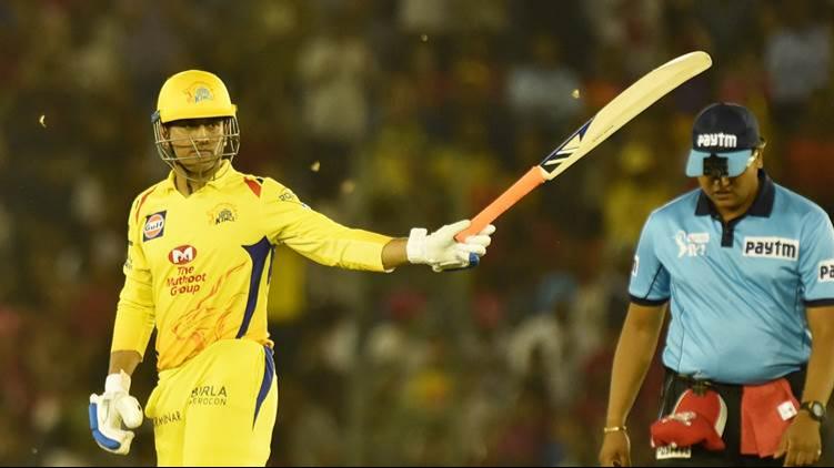 IPL 2018: KKR v CSK- फैन ने डगआउट में आकर छुए धोनी के पैर, साथी खिलाड़ी हुए हैरान