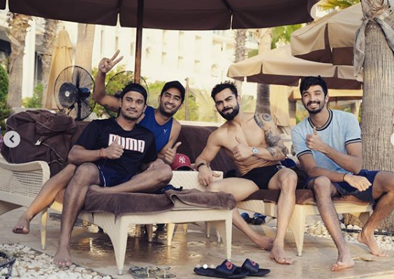 viart Kohli poses with his RCB teammates | Instagram