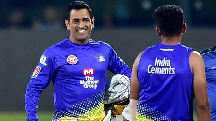 देखिये: चेन्नई सुपर किंग्स के अभ्यास मैच के दौरान धोनी से मिलने पहुंचा ये फैन, धोनी ने बचकर लगाईं दौड़